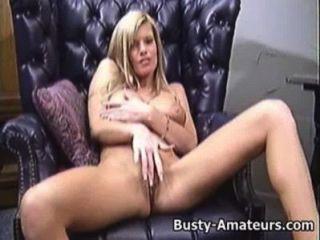Tera pechugón jugando su coño en el sofá