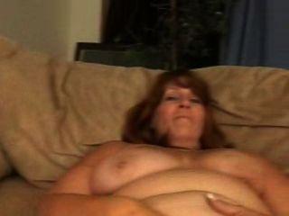 Leighann follando en el sofá.no modificado