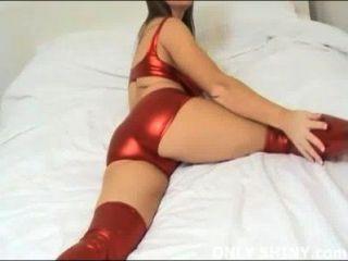Cate teasing en bragas de pvc rojo brillante