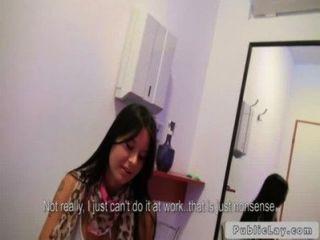 Beuatiful nena folla en la sala de bronceado público pov