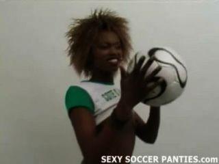 Hermosa babe africano de fútbol haciendo un striptease