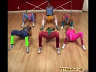 Cfnm acción en la clase de yoga con raquel