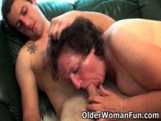 Abuela gordita se perfora en el sofá
