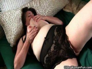Abuela tetona tiene que cuidar de su clítoris duro palpitante