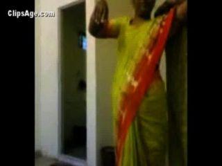 Tía en saree verde exponiendo su desnudez infront de su cliente antes de sexo indio videos porno