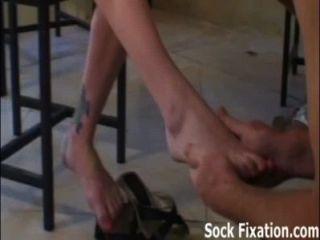Chupar mis dedos de los pies y lamer mi chico esclavo coño!