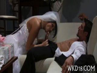 Chica realiza estimulación oral