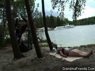Dos dudes bang oldie cerca del lago