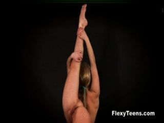 Rubia flexible muestra gimnasia desnuda