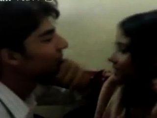 Bella muchacha india de la universidad besó la llamada nowmr.suraj shah, 08082743374
