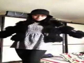 Chica china se muestra en la webcam
