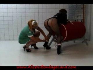 Lesbianas prisión enfermera straitjacket nalgadas humillación femdom aliceinbondageland