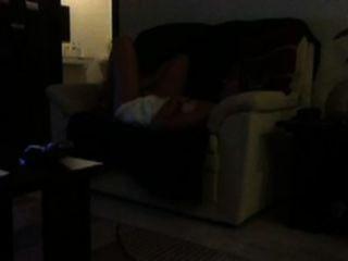 Hacer trampa con niñera en el sofá de mi suegra