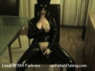 Mujer asombrosa en traje del gato