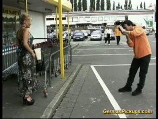 La señora indefensa se recoge en la tienda