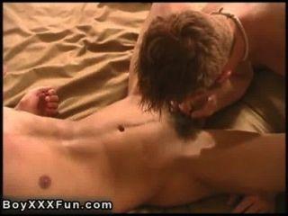 Sexo caliente gay connor taladro sam con consolador enorme real!