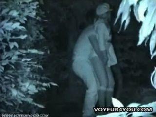 Parejas de sexo al aire libre follando tarde en la noche