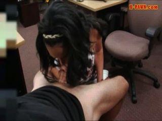 Gran titty latina da la cabeza y golpeó por algunos Cashme efectivo