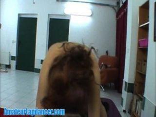Redhead lapdancer da un show a la horny guy