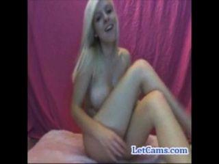 Busty rubia adolescente diversión hablar y masturbarse en la webcam