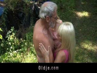 Threesome de anciano barbudo con adolescentes rubias