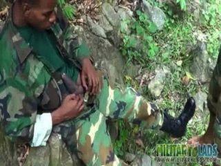 Soldados homosexuales se turnan al aire libre