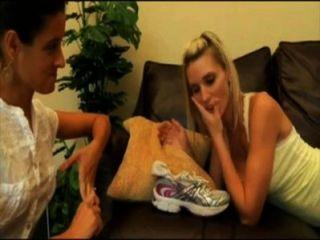 1728831 les encantan los pies sudorosos
