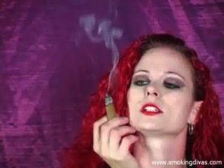 Pelirroja melissa fuma un cigarro mientras nos burlan