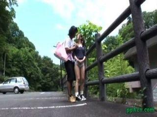 Asiática chica follada mientras se dobla a la valla al aire libre