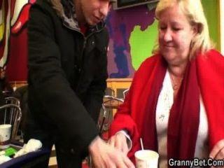 Joven stud recoge abuela enorme en el café