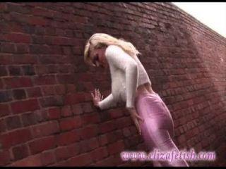Leggings rosados apretados de la piel, altos talones rosados del diseñador, hacia fuera en birmingham