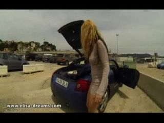 Intermitente desnudo en un estacionamiento público