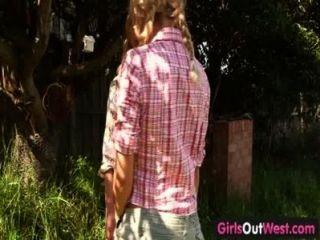 Chicas fuera oeste lesbianas rubias flacas en el patio trasero