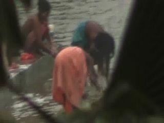Las mujeres indias abren el baño en el estanque por la cámara oculta voyeur