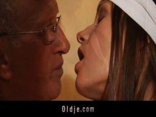 Anciano bombas en el culo de una mujer de limpieza joven zorra