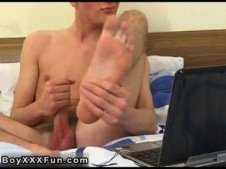 Caliente sexo gay tommie se quita la ropa y agarra su polla, soñando