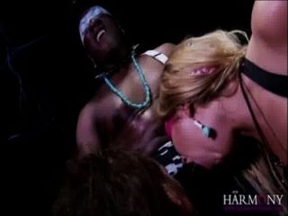 Lexi lowe y samantha bentley tomar un facial de un monstruo negro gallo