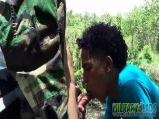 Muchacho del ejército tiene un pricknick con un extraño