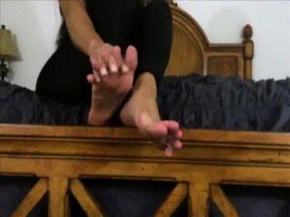 Bella dueña te quiere adorar y eyacular en sus pies