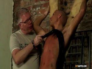 Muchacho esclavo hecho para arrojar a chorros