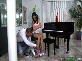 Pequeño jugador de piano adolescente juega una enorme polla