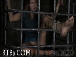 Desmontaje dentro de una pequeña jaula de acero