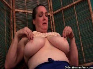 La enfermera de abuelita se encarga de su picazón coño