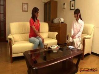 Asiática niña obtener sus pezones chupado coño frotado en el sofá en la sesión r