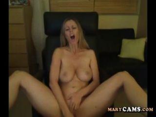 Chica aficionada rubia jugar con su consolador en la webcam
