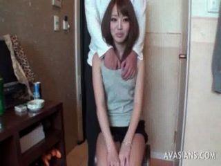 Pequeña colegiala asiática aprende a usar el consolador