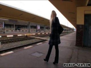 Ángel ángel wicky europeo follado en el baño de los trenes para el dinero