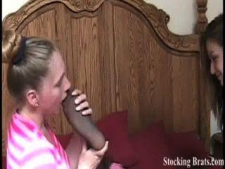 Tres compañeros de lesbianas con un fetiche de pie