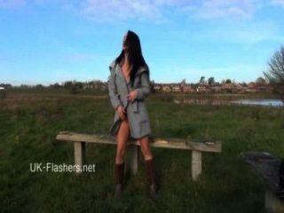 Exhibicionista chloe lovettes public flashing y sexy brunette amateurs outdoor