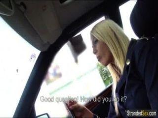 La azafata rubia tiene sexo por primera vez en el coche